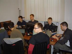 Adam Nikodem (na pierwszym planie) w gronie kolegów podczas szkolenia