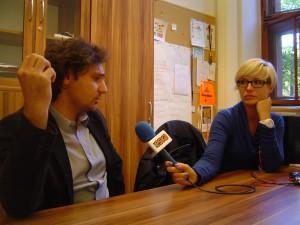 Piotr Falc podczas rozmowy z Aleksandrą Nietopiel, dziennikarką Radia Eska