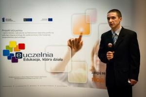 Paweł Lubomski podczas swojego wystąpienia na temat portalu Moja PG